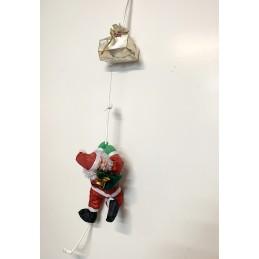 Papá Noël es elevado por una cuerda mágica.