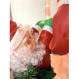 Tres Papá Noël trepan por una cuerda mágica iluminada..